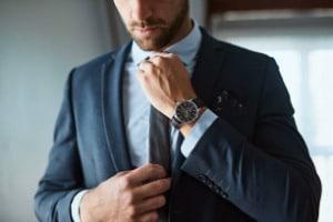 Porter le costume homme avec style : les trois règles d'or à suivre!