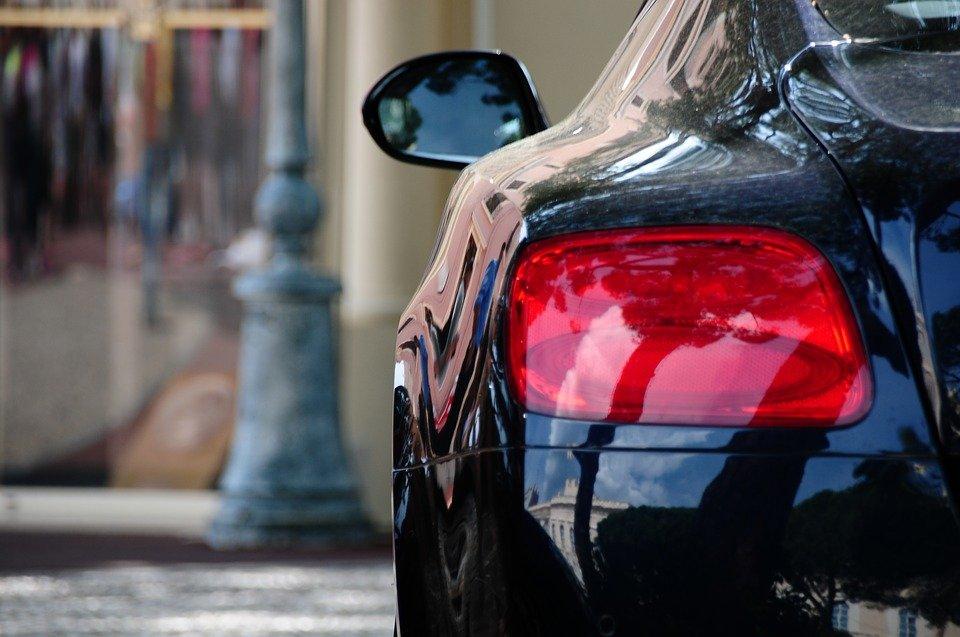 Faites une retouche à votre véhicule en appliquant du vernis sur sa carrosserie
